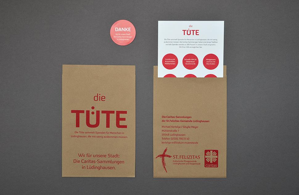Die Tüte (brauner Papierbeutel) mit Info-Flyer und rundem Aufkleber