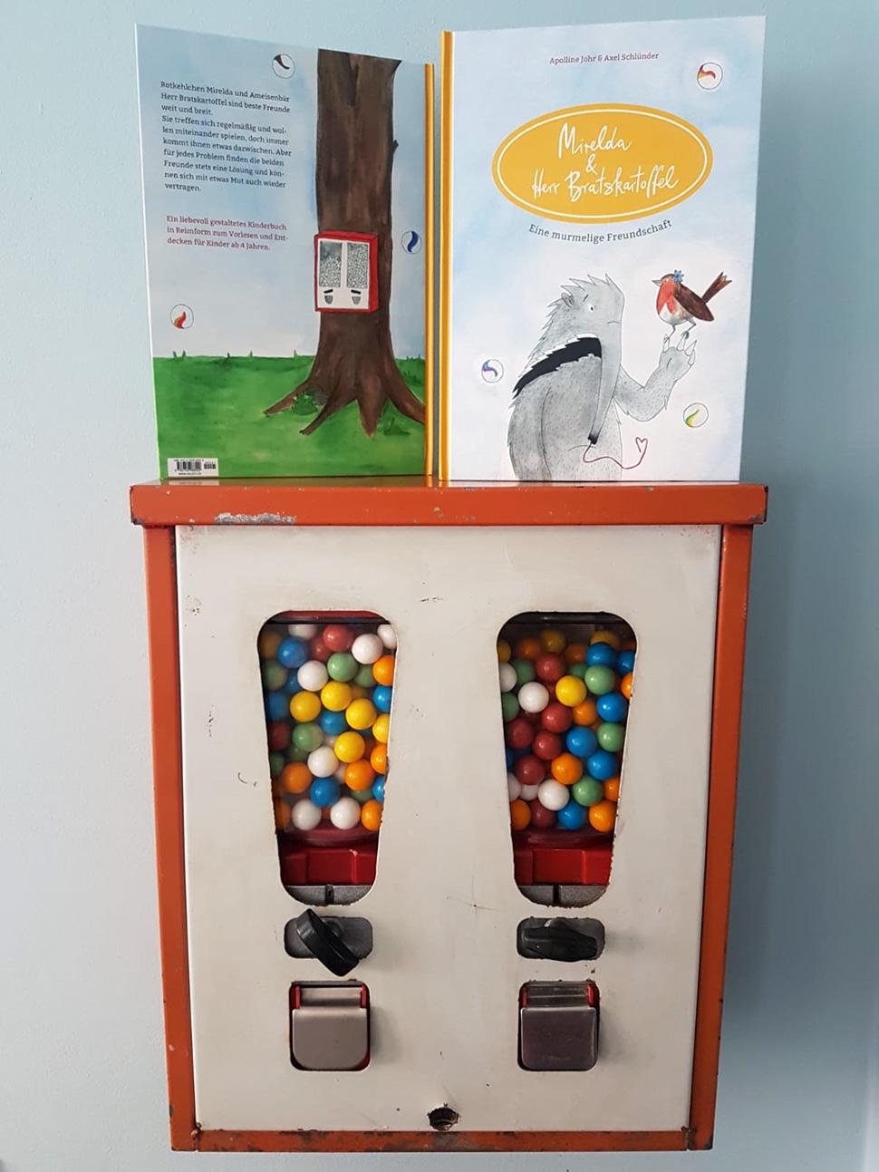 Kinderbuch »Mirelda und Herr Bratskartoffel« auf einem Kaugummiautomaten